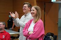 SPD Direktkandidatin Melanie Wegling glückliche Siegerin, Gernsheim OV Vorsitzender Noah Schollmeier applaudiert - Gross-Gerau 26.09.2021: Ergebnisse Bundestagswahl im Kreistag