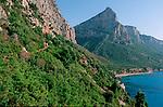 Italie. Italia. Sardaigne. Sardinia.randonneurs au piedes parois calcaire sur la côte sauvage du golfo di Orosei près de Cala (calanque)  Goloritze (est de la sardaigne)