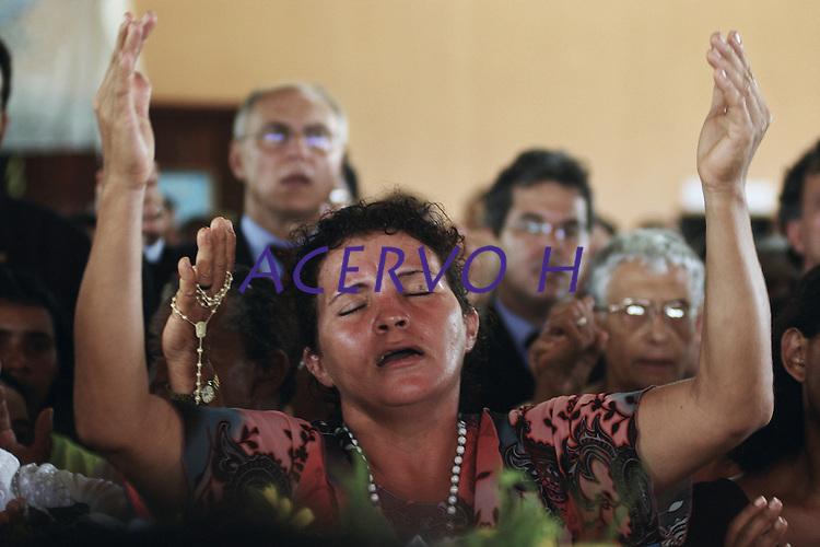 """Enterro de irm"""" Dorothy.<br /> Anap˙, Par·, Brasil.<br /> Foto Paulo Santos<br /> 15/02/2005"""