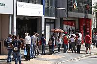 CAMPINAS, SP, 10.04.2018: EMPREGO-SP - Fila de pessoas a procura de emprego em empresa de RH na avenida Anchieta em Campinas na tarde desta terça-feira (10). (Foto: Luciano Claudino/Codigo19)