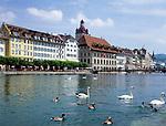 Schweiz, Kanton Luzern, Luzern: Altstadt mit Rathaus am Ufer der Reuss   Switzerland, Canton Lucerne, City Lucerne: Old Town with Townhall at river Reuss