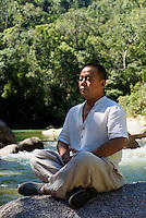 Yoga, Jianfeng Ling-Berge bei Sanya auf der Insel Hainan, China<br /> Yoga, Jianfeng Ling mountains near Sanya,  Hainan island, China