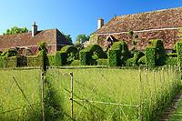 """Les jardins du prieuré d'Orsan : """"le Parterre"""" et le carré d 'épautre<br /> <br /> Mention obligatoire du nom du jardin et pas d'usage publicitaire sans autorisation préalable."""
