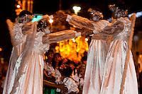 Adolescentes participam dos festejos natalinos.<br /> Em Benevides, a cerca de 40 km de Belém, moradores juntaram 2 milhões de garrafas pet para montar a decoração natalina nas praças e ruas da cidade. A iniciativa, da prefeitura em parceria com a associação de catadores, abriu oportunidades de emprego, estimulou os moradores a compreender a importância da reciclagem e garantiu a beleza do Natal unindo tradição e criatividade.<br /> Benevides, Pará, Brasil<br /> Foto Paulo Santos <br /> 15/12/2011
