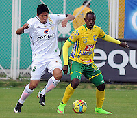 BOGOTA -COLOMBIA, 27 -SEPTIEMBRE-2014. Daniel Briceno ( Izq) de La Equidad   disputa el bal—n con Juan Caicedo ( Der ) del Atletico Huila durante partido de la  doceava fecha  de La Liga Postob—n 2014-2. Estadio Metroplitano de Techo . / Daniel Briceno  (L) of Equidad fights for the ball with Juan Caicedo (R) of Atletico Huila  during 12th date  game of the La Liga Postob—n date 2014-2. Metropolitano de Techo  Stadium . Photo: VizzorImage / Cristian Alvarez  / Contribuidor