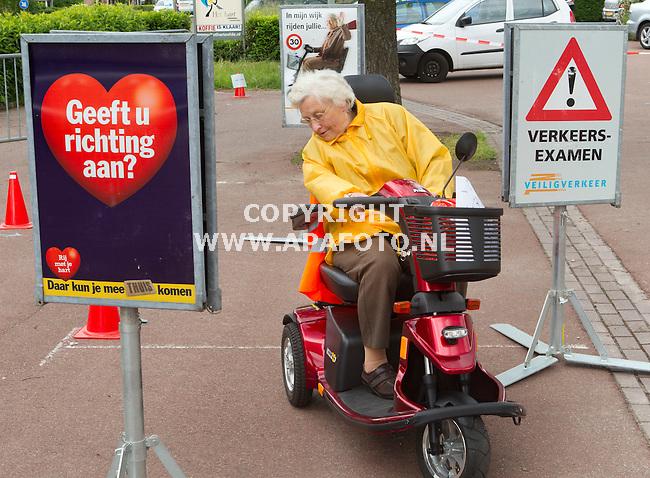Eefde, 050612<br /> Stichting ouderenwerk Lochem organiseert les in scootmobiel rijden. <br /> <br /> Foto: Sjef Prins - APA Foto
