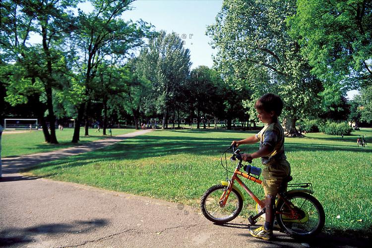 Milano, quartiere Affori, periferia nord. Un bambino in bicicletta al parco Villa Litta --- Milan, Affori district, north periphery. A child on a bicycle at Villa Litta park