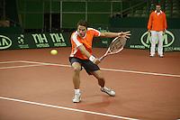 7-2-06, Netherlands, Amsterdam, Daviscup, first round, Netherlands-Russia, training , Jesse Huta Gallung being watched by coach Tjerk Bogtstra