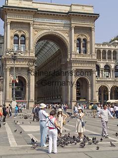 Italien, Lombardei, Mailand: Tauben füttern auf der Piazza del Doumo vor der Galleria Vittorio Emanuele   Italy, Milan: feeding doves at Piazza del Doumo in front of Vittorio Emanuele Arcade