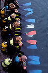 Spanien, Kanaren, Gran Canaria, Puerto Rico: Vorbereitung zum Tauchgang   Spain, Canary Islands, Gran Canaria, Puerto Rico: preparation for diving