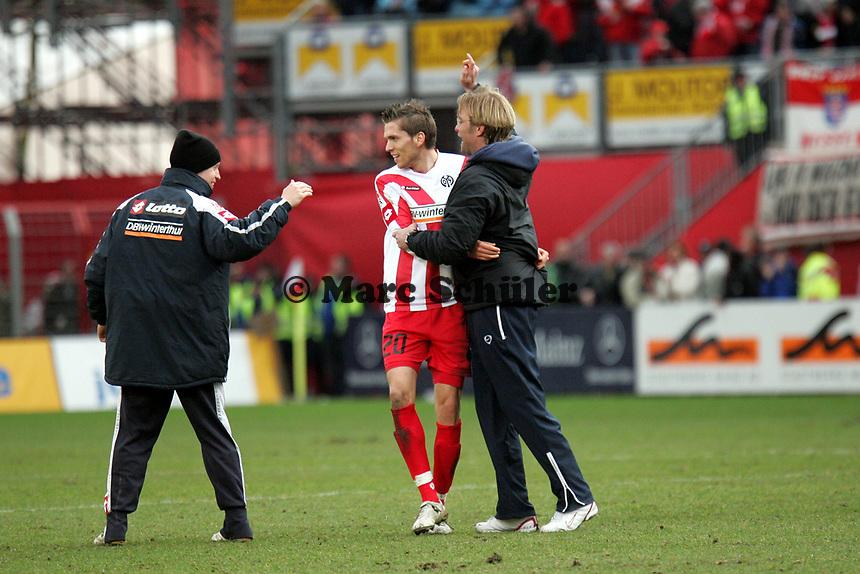 Trainer J¸rgen Klopp feiert mit Ranisav Jovanvic (beide FSV Mainz 05) nach dem Sieg