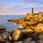 France, Brittany, Département Côtes-d'Armor, near Ploumanac`h: Lighthouse above stormy sea on the Pink Granite Coast | Frankreich, Bretagne, Département Côtes-d'Armor, bei Ploumanac`h: Leuchtturm an der bretonischen Nordkueste, auch Côte de Granit Rose genannt