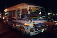Amérique/Amérique du Sud/Pérou/Lima : Quartier de Barranco - Camionette dans les rues la nuit
