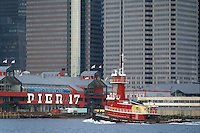 - New York, tug in navigation on the East River ....- New York, rimorchiatore in navigazione sull'East River..