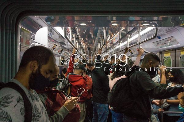 SÃO PAULO, SP, 10.03.2021:  Movimentação CPTM SP - Em meio aumento de casos e internações pela Covid -19 e o estado de São Paulo na fase vermelha com restrições de circulação. Passageiros se aglomeram na manhã desta quarta - feira  (10) , nos trens da linha 7 Rubi da CPTM que liga o cidade de Franscico Morato a Estação Luz na região central da cidade de São Paulo