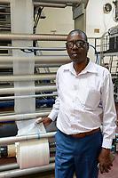RUANDA, Kigali, plastic recycling bei Firma Ecoplastics, Maschine zur Herstellung von Folien, General Direktor Wenceslas Habamungi