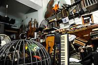 URUGUAY Montevideo, Bandoneon workshop of Mario Bionco and his parrot Astor named after Astor Piazzolla / URUGUAY Montevideo Altstadt , Bandoneon Werkstatt von Mario Bionco und sein Papagei Astor