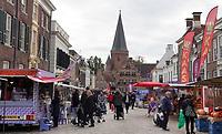 Nederland  Zutphen -  2020.  Markt op de Zaadmarkt. Op de achtergrond de Drogenapstoren.   Foto : ANP/ HH / Berlinda van Dam