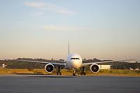 GUARULHOS, SP, 25.05.2021 - COVID-19-SP - Avião da Companhia Aérea Latam pousa no Aeroporto Internacional de Guarulhos, trazendo mais um lote de insumos da vacina Coronavac, com 3 mil litros de IFA, que correspondem a 5 milhões de doses, no Aeroporto Internacional de Guarulhos, nesta terça-feira, 25. (Foto Charles Sholl/Brazil Photo Press)