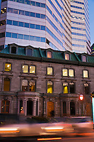 Amérique/Amérique du Nord/Canada/Québec/Montréal:  Rue Sherbrooke ouest - Luxueuses maisons victoriennes et Gratte ciel