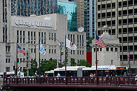 USA Chicago, downtown, newspaper Chicago Tribune office and Clean Air Hybrid Bus /Stadtzentrum mit Hochhaeusern, Redaktion der Zeitung Chicaco Tribune