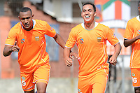 ENVIGADO -COLOMBIA-16-08-2014. Angelino Rodriguez (Izq) de Envigado FC celebra un gol anotado a Boyacá Chicó FC junto con Jhonatan Alvarez (Der) durante partido por la fecha 5 de la Liga Postobón II 2014 realizado en el Polideportivo Sur de la ciudad de Envigado./ Angelino Rodriguez (L) player of Envigado FC celebrates a goal scored to Boyaca Chico FC  with Jhonatan Alvarez (R) during match for the 5th date of the Postobon League II 2014 at Polideportivo Sur in Envigado city.  Photo: VizzorImage/Luis Ríos/STR