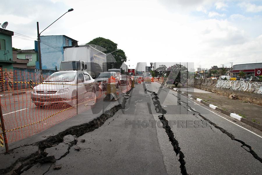 SÃO PAULO,SP,16 JANEIRO 2013 - SOLAPAMENTO AVENIDA.Duas faixas da Av.Doutor Francisco Mesquita  sentido centro estão interditadas depois que uma enorme rachadura apareceu no asfalto, nesta quarta-feira, 16. FOTO ALE VIANNA - BRAZIL FOTO PRESS