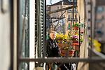 milano, 18marzo 2020  la mia quarantena, via vigevano, Aldo, il mio vicino di casa prende il sole sul ballatoio