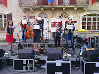 Lors de Paratge 2014, à Bourdeilles, les musiciens de Talabast manifestent pour défendre le régime des intermitants<br /> Attention, image issus d'un Blackberry !
