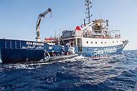 Sea Watch-2.<br /> Die Sea Watch-2 bei ihrer 13. SAR-Mission vor der libyschen Kueste.<br /> Im Bild: Ein Rettungsboot der Sea Watch-2 tauscht medizinisches Personal aus und nimmt neue Rettungswesten auf.<br /> 20.10.2016, Mediterranean Sea<br /> Copyright: Christian-Ditsch.de<br /> [Inhaltsveraendernde Manipulation des Fotos nur nach ausdruecklicher Genehmigung des Fotografen. Vereinbarungen ueber Abtretung von Persoenlichkeitsrechten/Model Release der abgebildeten Person/Personen liegen nicht vor. NO MODEL RELEASE! Nur fuer Redaktionelle Zwecke. Don't publish without copyright Christian-Ditsch.de, Veroeffentlichung nur mit Fotografennennung, sowie gegen Honorar, MwSt. und Beleg. Konto: I N G - D i B a, IBAN DE58500105175400192269, BIC INGDDEFFXXX, Kontakt: post@christian-ditsch.de<br /> Bei der Bearbeitung der Dateiinformationen darf die Urheberkennzeichnung in den EXIF- und  IPTC-Daten nicht entfernt werden, diese sind in digitalen Medien nach §95c UrhG rechtlich geschuetzt. Der Urhebervermerk wird gemaess §13 UrhG verlangt.]