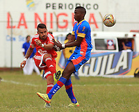 POPAYÁN -COLOMBIA-09-08-2015. Johan Gomez (Der) jugador de Universitario de Popayán disputa el balón con Cristian Restrepo (Izq) América de Cali durante partido de vuelta de la fecha 5 del Torneo Águila 2015 jugado en el estadio Ciro Lopez de Popayán./ Johan Gomez (R) player of Universitario de Popayan vies for the ball with Cristian Restrepo (L) player of America de Cali during the second leg match for the 5th date of the Aguila Tournament 2015 played at Ciro Lopez stadium in Popayan. Photo: VizzorImage/Juan C. Quintero/