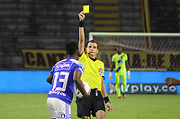 IBAGUE - COLOMBIA, 06-10-2020: Luis Trujillo, arbitro, muestra la tarjeta amarilla a Elvis Perlaza de Millonarios durante partido entre Deportes Tolima y Millonarios por la fecha 12 de la Liga BetPlay DIMAYOR 2020 jugado en el estadio Manuel Murillo Toro de la ciudad de Ibagué. / Luis Trujillo, referee, shows the yellow card to Elvis Perlaza of Milloanriosduring match between Deportes Tolima and Millonarios for the date 12 as part BetPlay DIMAYOR League 2020 played at Manuel Murillo Toro stadium in Ibague city.  Photo: VizzorImage / Juan Torres / Cont