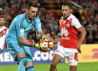 BOGOTÁ - COLOMBIA, 03-05-2018: Anderson Plata (Der.) jugador de Independiente Santa Fe disputa el balón con Franco Armani (Izq.) guardameta de River Plate, durante partido entre Independiente Santa Fe (COL) y River Plate (ARG), de la fase de grupos, grupo D, fecha 5 de la Copa Conmebol Libertadores 2018, jugado en el estadio Nemesio Camacho El Campin de la ciudad de Bogota. / Anderson Plata (R) player of Independiente Santa Fe vies for the ball with Franco Armani (L) goalkeeper of River Plate, during a match between Independiente Santa Fe (COL) and River Plate (ARG), of the group stage, group D, 5th date for the Conmebol Copa Libertadores 2018 at the Nemesio Camacho El Campin Stadium in Bogota city. Photo: VizzorImage  / Luis Ramírez / Staff.
