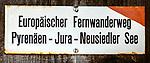 Deutschland, Bayern, Chiemgau, Inzell: Hinweisschild auf den Europaeischen Fernwanderweg 'Pyrenaeen-Jura-Neusiedler See' | Germany, Upper Bavaria, Chiemgau, Inzell: hiking trail sign for E4 European long distance path 'Pyrenées – Jura – Balaton'
