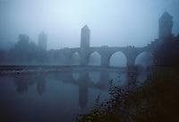 Europe/France/Midi-Pyrénées/46/Lot/Vallée du Lot/Cahors: Pont Valentré émergeant de la brume