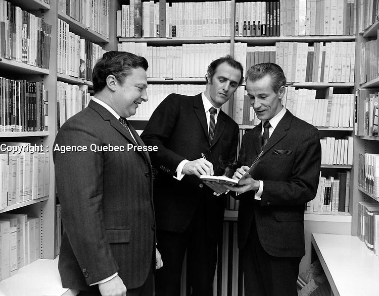 """Lancement du livre """"Fam-ti-di-lam"""" - M.Laliberte (libraire), Gilles Vigneault (Auteur) et Jean-Noel Tremblay (Ministre des affaires culturelles)<br /> , le 13 décembre 1967<br /> <br /> PHOTO :  Agence Quebec Presse -  Photo Moderne"""