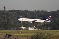 GUARULHOS, SP, 25.05.2021 - AEROPORTO-SP - Aeronave da Companhia Aérea Latam pousa no Aeroporto Internacional de São Paulo, em Guarulhos, nesta terça-feira, 25. (Foto Charles Sholl/Brazil Photo Press)