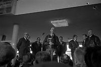 Le  1er vol d'essai du Concorde-<br /> Aérogare Blagnac ,Toulouse, France,<br />  2 mars 1969<br /> <br /> André Turcat (directeur des essais en vol de Sud Aviation et pilote du 1er vol d'essai du Concorde) pendant son discours au micro, à côté de lui à droite les autres membres de ce 1er équipage Jacques Guignard caché (pilote) Henri Perrier (pilote) et Michel Rétif (mécanicien), à gauche les dirigeants de Sud Aviation et de la British Aircraft Corporation dont Henri Ziegler (Président de Sud Aviation et responsable du projet Concorde) ; vue en plongée des journalistes autour du podium. Cliché pris pendant la conférence de presse organisée lors du 1er vol d'essai du Concorde.