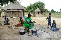 ETHIOPIA, Gambela, region Itang, Nuer village Pilual, Nuer family / AETHIOPIEN, Gambela, Region Itang, Dorf Pilual der Ethnie NUER, Hof von Herr Mun Kunen und Frau Neelam , sie sind vor dem Buergerkrieg aus dem Suedudan gefluechtet, Mutter kocht  - NUTZUNG NUR FUER REDAKTIONELLE ZWECKE, KEIN PR.