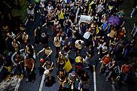 CALI - COLOMBIA, 29-11-2019: Cientos de manifestantes marcharon por el Centro de Cali para unirse a la novena jornada de paro Nacional en Colombia hoy, 29 de noviembre de 2019. La jornada Nacional es convocda para rechazar el mal gobierno y las decisiones que vulneran los derechos de los Colombianos. / Hundreds of protesters marched through downtown of Cali to join the ninth National Strike day in Colombia today, November 29, 2019. The National Day is convened to reject bad government and decisions that violate the rights of Colombians. Photo: VizzorImage / Gabriel Aponte / Staff