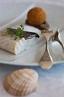 Europe/France/Bretagne/56/Morbihan/ Carnac: Restaurant Le Tumulus - Cabillaud roti, caviar d'aubergine, pomme de terre croquette recette du chef Alexandre Guénic