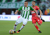 MEDELLIN-COLOMBIA- 30-10-2016. Tomás Maya (Izq.)jugador del  Atlético Nacional disputa el balón contra  Uvaldo Luna (Der.) jugador de  Patriotas FC  durante encuentro  por la fecha 18 de la Liga Aguila II 2016 disputado en el estadio Atanasio Girardot./ Tomas Maya (L) player of Atletico Nacional  fghts the ball  against  Uvaldo Luna (R) of Patriotas FC  during match for the date 18 of the Aguila League II 2016 played at Atanasio Girardot stadium . Photo:VizzorImage / León Monsalve / Contribuidor