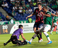 CALI - COLOMBIA - 12-02-2014: Luis Payares (Der.) jugador del Deportivo Cali de Colombia, disputa el balón Roberto Fernandez (Izq.) jugador del Cerro Porteño de Paraguay, durante partido entre Deportivo Cali y Cerro Porteño de la segunda fase, grupo 3, de la Copa Bridgestone Libertadores en el estadio Pascual Guerrero, de la ciudad de Cali. / Luis Payares (R) player of Deportivo Cali of Colombia, vies for the ball with Roberto Fernandez (L) player of Cerro Porteño of Paraguay, during a match between Deportivo Cali and Cerro Porteño for the second phase, group 3, of the Copa Bridgestone Libertadores in the Pascual Guerrero stadium in Cali city. Photo: VizzorImage / Juan C. Quintero / Str.