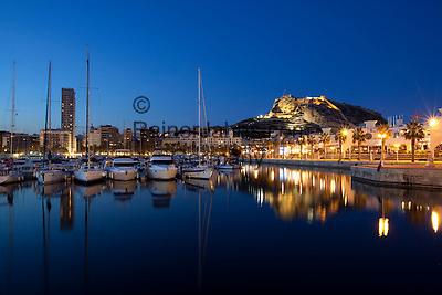 Spain, Costa Blanca, Alicante: Night view over marina to floodlit Santa Barbara castle | Spanien, Costa Blanca, Alicante: Yachthafen und Burg Castillo de Santa Bárbara am Abend