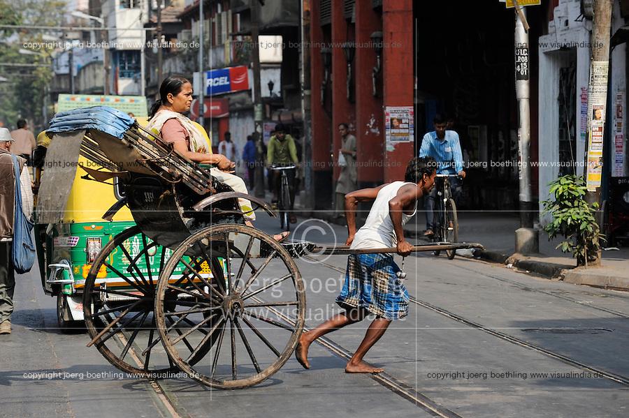 INDIA Westbengal, Kolkata, man-powered rickshaw / INDIEN, Westbengalen, Kolkata, handgezogene Rikscha, die Arbeit wird von armen Kulis aus Bihar verrichtet
