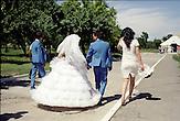Viele Kasachen heiraten vergleichsweise früh. Frauen in den späten Zwanzigern gelten auf dem Heiratsmarkt bereits als schwer vermittelbar. Die Scheidungsraten sind hoch und oft bleibt die Mutter allein mit dem Nachwuchs zurück, wenn sich ihr Mann eine Jüngere wählt. Wirtschaftlich erfolgreiche Männer gelten für viele junge Frauen als gute Altersvorsorge. Mehrere Geliebte sind für viele Männer Statussymbole. Kasachstan ist rohstoffreich und prosperiert. Kritik an den Schattenseiten des Aufstiegs duldet das System von Präsident Nursultan Nasarbajew nur geringfügig. Bilder von Hinterhöfen und grauen Vorstädten sollen nicht an die Öffentlichkeit gelangen. / Kazakhstan is a resource-rich and prosperous country.  President Nursultan Nasarbajew's system hardly allows any criticism. Pictures of backyards and suburbs are not supposed to go public.