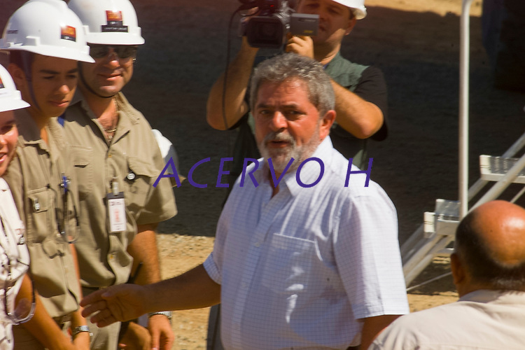 A Companhia Vale do Rio Doce (CVRD), dá partida a refinaria de cobre do Sossego com visita do presidente Lula.<br /> <br /> Canaã dos Carajás, estado do Pará.<br /> <br /> 02/07/2004<br /> <br /> O Sossego é o primeiro projeto de cobre da CVRD e o único projeto greenfield no mundo a começar a operar neste ano. Está localizado na região sul da província mineral de Carajás, no estado do Pará.<br /> <br /> A CVRD investiu US$ 413 milhões no desenvolvimento do Sossego. Além dos dispêndios diretamente relacionados ao projeto, foram investidos R$ 12 milhões no treinamento de mão de obra e R$ 39 milhões em diversas ações no município vizinho de Canaã dos Carajás, no estado do Pará. <br /> <br /> O Sossego é composto por dois corpos minerais, Sossego e Sequeirinho, com reservas provadas e prováveis de 244,7 milhões de toneladas de minério de cobre. O teor de cobre é estimado em 1%, com aproximadamente 0,26 gramas de ouro por tonelada como subproduto.<br /> <br /> O cobre do Sossego é processado por uma usina com capacidade de produção anual média de 467.000 toneladas de concentrado de cobre, equivalente a 140.000 toneladas de cobre.<br /> <br /> Fonte CVRD 2004
