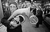 """Die """"Red Mike Festival Band"""" zieht durch Little-Italy um einem verstorbenen Musikerkollegen zu gedenken.<br /> New York City, 28.12.1998<br /> Copyright: Christian Ditsch/version-foto.de"""