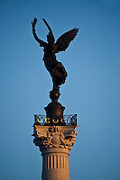 Europe/France/Aquitaine/33/Gironde/Bordeaux: Statue représentant la :Liberté rompant ses fers en haut de la Colonne des Girondins, sur la place des Quinconces