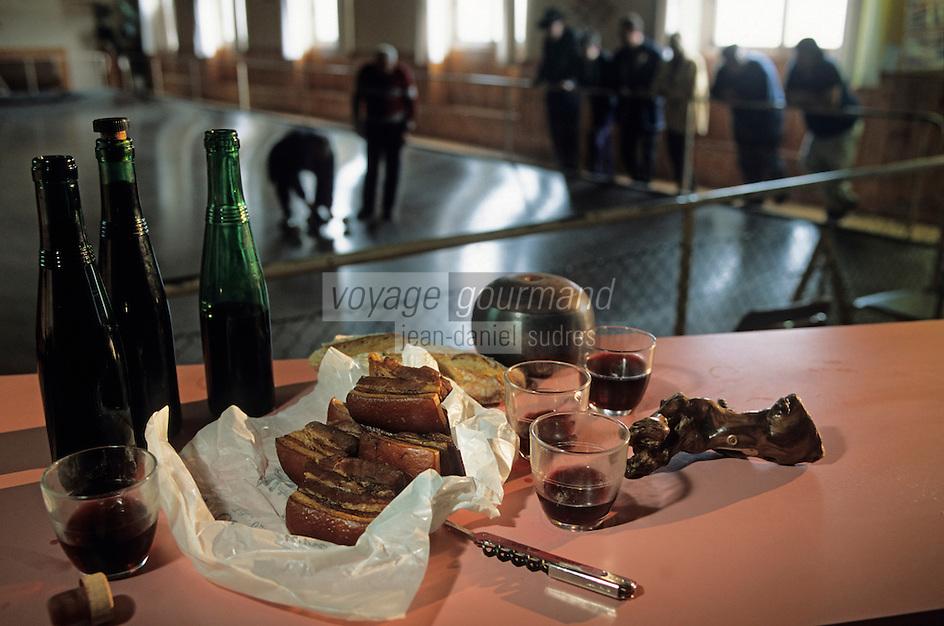 """Europe/France/Pays de la Loire/49/Maine-et-Loire/Vauchrétien: Cercle """"Saint-Vincent"""" - Jeu de boule du fort, rilleauds et fillettes d'Anjou Village Rouge<br /> PHOTO D'ARCHIVES // ARCHIVAL IMAGES<br /> FRANCE 1990"""